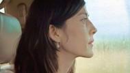 Esther (Natalia López) behält das Wesentliche für sich.