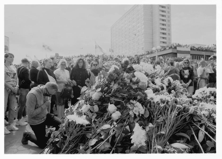 Trauerfeier: Am Tag des Begräbnisses, des bei den Demonstrationen umgekommenen Alexander Taraikowski, errichten Demonstranten am Ort seines Todes ein Blumendenkmal.