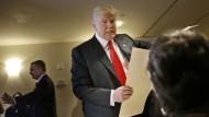 Donald Trump in einem New Yorker Wahllokal. Der republikanische Präsidentschaftsbewerber bietet mit kruden Wirtschaftsvorstellungen viel Angriffsfläche.