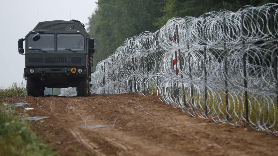 Die polnische Armee kontrolliert eine frisch gebaute Befestigung der Grenze zu Belarus in der Nähe von Nomiki.