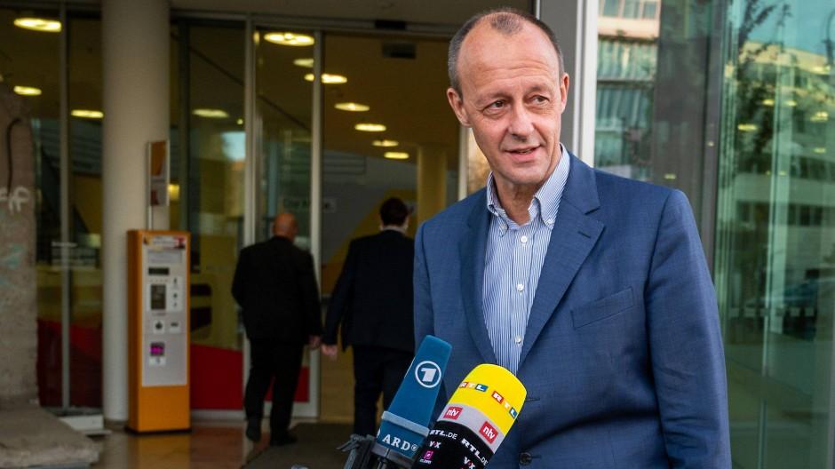 Friedrich Merz, Kandidat für den CDU-Vorsitz, spricht mit Journalisten.