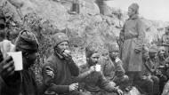 Russische Soldaten im Schützengraben zwischen zwei Schlachten. Die Bolschewiki bieten Ende 1917 Friedensgespräche an - ein Hoffnungsschimmer für viele kriegführende Länder.