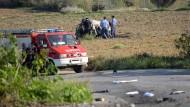 Polizisten inspizieren das Wrack des Wagens in dem Daphne Caruana Galizia getötet wurde.