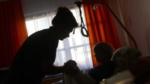 Das undurchsichtige Geschäft mit der Pflege