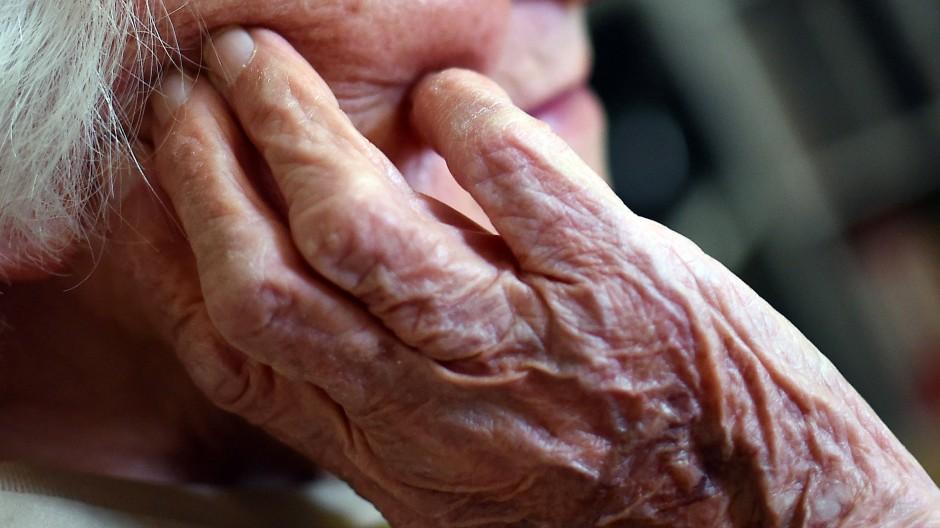 Was fordern die Parteien gegen den Pflegenotstand?