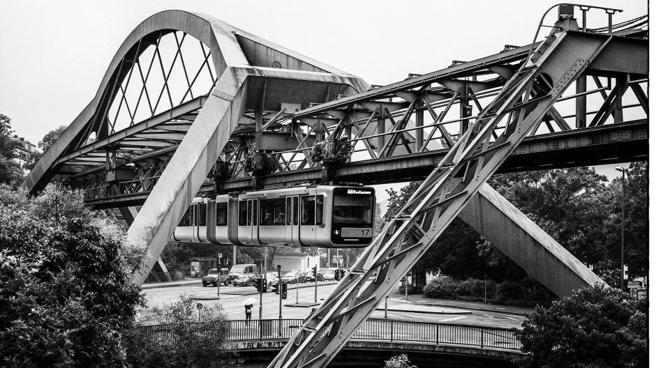 Über die Wupper: In der Nähe des Bahnhofs Ohligsmühle kreuzt die Strecke der Schwebebahn die Straßenbrücke der Bundesallee über den Fluss.