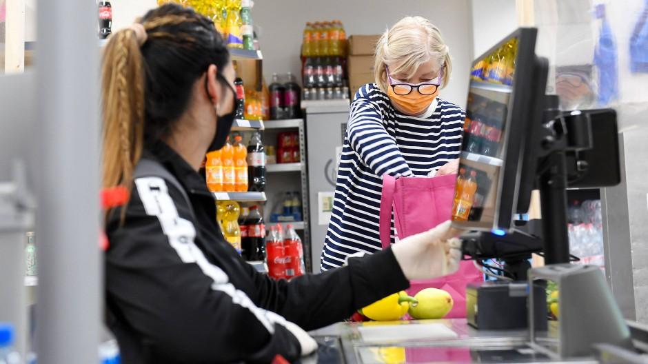 Einkauf in Corona-Zeiten: In Mecklenburg-Vorpommern könnte die Maskenpflicht bald Geschichte sein.