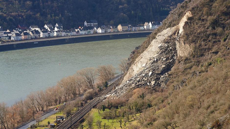 Ein Felssturz hat vor einigen Wochen die rechtsrheinische Bahntrasse zwischen St. Goarshausen und Kestert verschüttet. Nun sind die Gleise wieder frei.