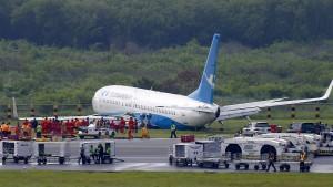 Flugzeug rutscht wegen heftigen Regens über Landebahn hinaus
