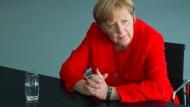 """""""Neugier ohne Sorge ist tollkühn"""": Merkel im Gespräch mit der F.A.S. im Kanzleramt."""