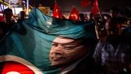 Anhänger des türkischen Präsidenten Erdogan protestieren gegen den versuchten Militärputsch.