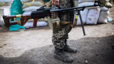 Ein ukrainischer Soldat mit Maschinengewehr Mitte September im Osten der Ukraine