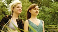 Nora (Lena Urzendowsky) verliebt sich in eine ältere Mitschülerin (Jella Haase)