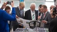Druckfrisch: Frank (links) mit Kretschmann in der Druckerei Zarbock.