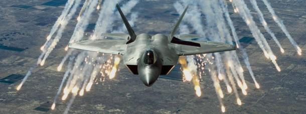 """Bei den Luftangriffen in Syrien haben die Vereinigten Staaten erstmals F-22 """"Raptor"""" Kampfflugzeuge wie dieses eingesetzt (undatiertes Archivfoto der amerikanischen Air Force)."""