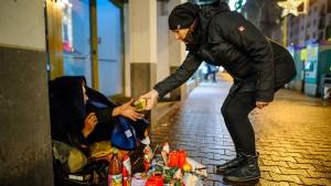 Currywurst und Pommes für Obdachlose in Frankfurt