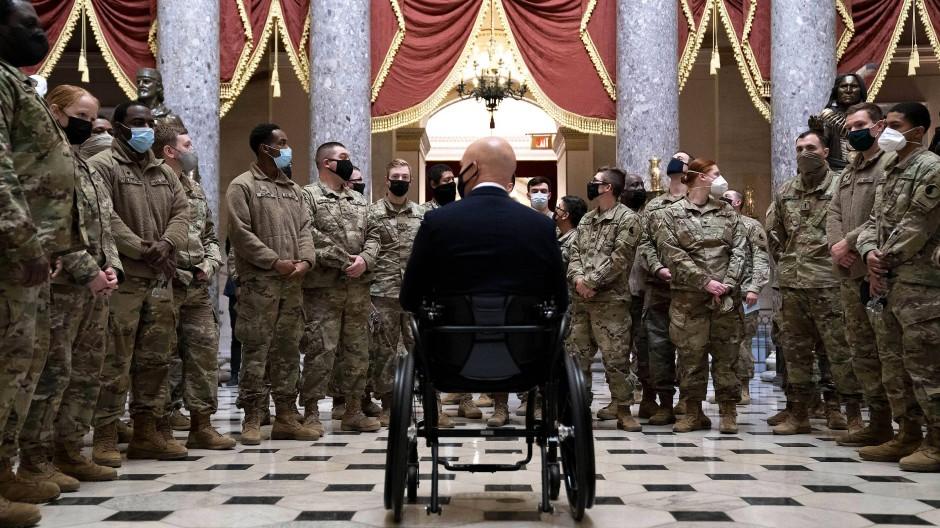 Der republikanische Abgeordnete Brian Mast, umringt von Soldaten der Nationalgarde, am 13. Januar vor der Abstimmung über das Impeachment von Donald Trump