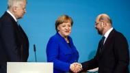 Handelseinig: Angela Merkel und Martin Schulz. Auch Horst Seehofer ist sichtlich zufrieden.