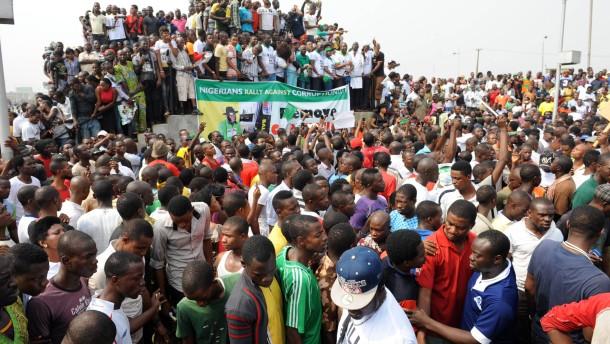 Millionen streiken gegen Benzinpreiserhöhung
