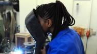 Eine Schülerin aus dem afrikanischen Guinea lernt in einer Bremer Berufsschule das E-Schweißen.