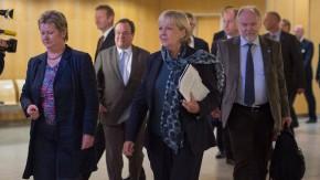 SPD-Ministerpräsidentin Hannelore Kraft (Mitte) mit Bildungsministerin Sylvia Löhrmann (Grüne) und dem CDU-Fraktionsvorsitzenden Armin Laschet