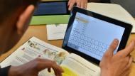 Ein niedersächsischer Schüler mit einem Tablet