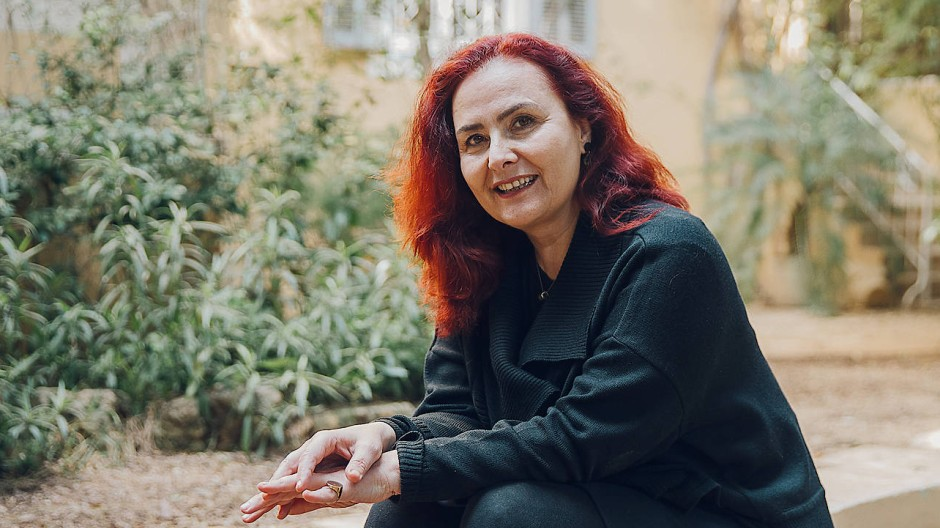 Die libanesische Autorin Chaza Charafeddine in ihrem Garten in Beirut