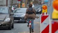 Engstelle: Auf der Großen Langgasse müssen Radfahrer einen Balanceakt vollführen, um sicher durchzukommen.