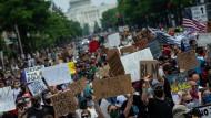 Vor dem Kapitol sammeln sich, wie an vielen anderen Orten in Washington, die Protestierenden