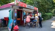 Geh ma bei de Bude: Im Ruhrgebiet werden Trinkhallen gut besucht, hier zu sehen ein Kiosk in Essen.