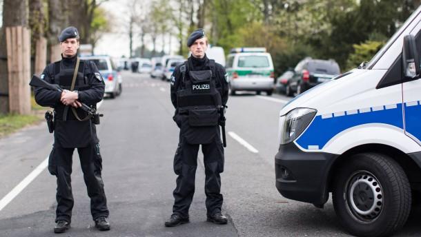 Nach dem Anschlag auf BVB-Bus wird nun nach einem islamistischen Motiv geprüft