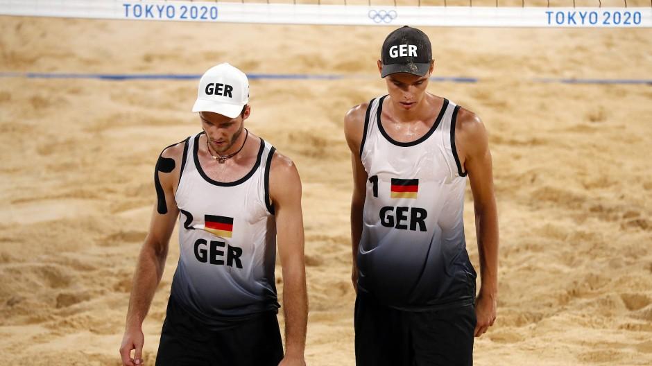 """""""Es tut natürlich weh"""": Clemens Wickler (links) und Julius Thole verabschieden sich im Beachvolleyball-Viertelfinale aus dem Turnier in Tokio."""