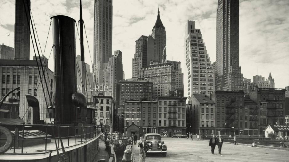 """""""Stimmung beträchtlich erhöht"""": Hafenszene mit Blick auf die Skyline von Manhattan, 1952"""