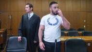 Verurteilt: der in Frankfurt angeklagte Islamist, der laut Gericht vor aufgespießten Köpfen posiert hat, neben seinem Verteidiger