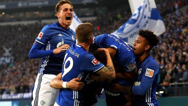 Schalke ist erster Bayern-Jäger