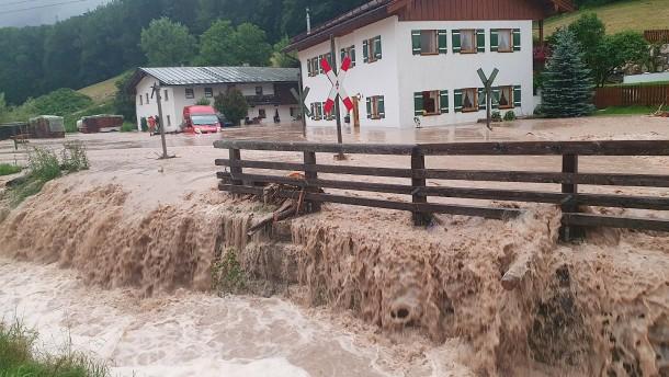 Überflutete Straßen, gesperrte Bahnlinien