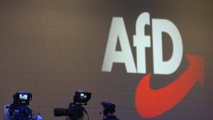 Unbekannte greifen in Berlin AfD-Reisebus an