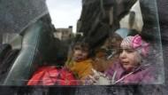 Weinende Kinder werden aus Ost-Ghouta gebracht (Archivbild).