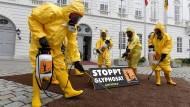 Mitglieder der Umweltorganisation Greenpeace demonstrieren in Wien gegen Glyphosat.