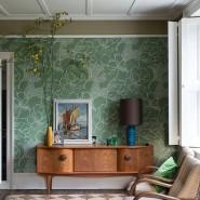 Ob auf Blusen, Röcken oder an der Wand: Pflanzen gehen immer, neuerdings auch mit tierischen Besuchern, und grafische Muster und Farbe schaffen es mittlerweile in deutsche Wohnstuben.