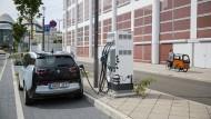 Ein BMW i3 Elektroauto steht im August 2017 an einer Ladestation in Frankfurt. Der Ladeprozess bei Elektroautos dauert noch sehr lange.