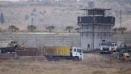 Ein weiterer Stein in der Mauer: Türkisches Militär und Bauarbeiter Mitte Dezember beim Errichten des Grenzwalls zu Syrien im Distriktabschnitt Islahiye.