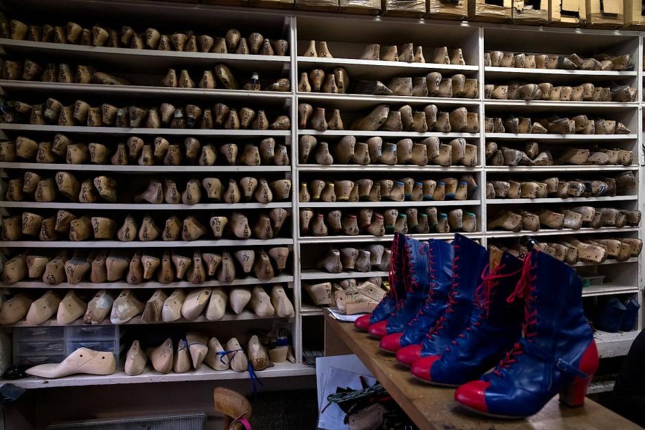"""Die französischen Cancan-Schuhe werden anlässlich der Wiederaufführung von """"Féerie"""" in der Schuhwerkstatt Clairvory ausgestellt."""