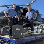 Saubermänner: Heiner Börger (links) und Jonas Scheld bei der Desinfektion eines Helikopters.
