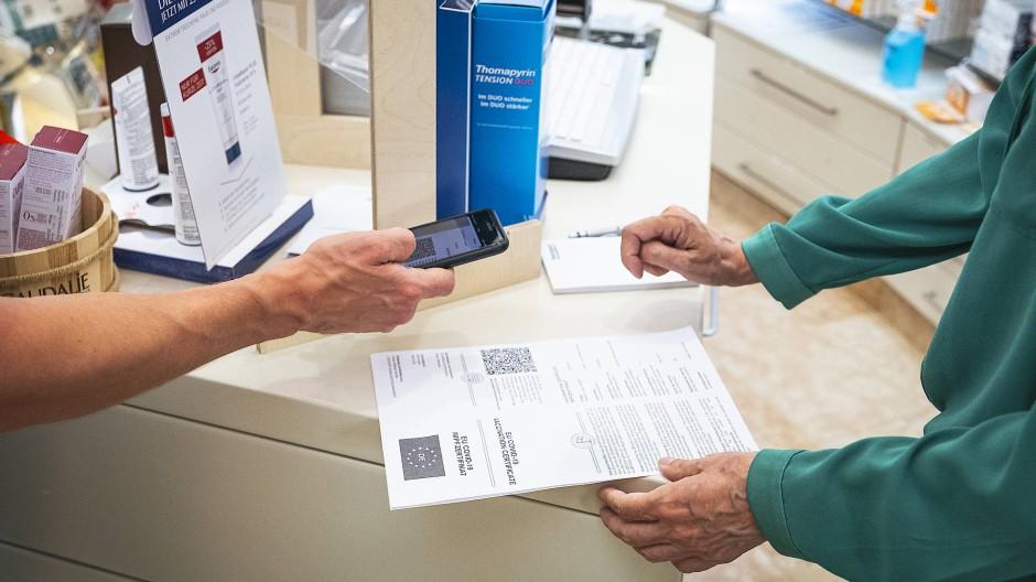 Digitalisierungsexperten: Apotheker händigen ihren Kunden die Unterlagen für den digitalen Impfpass aus.