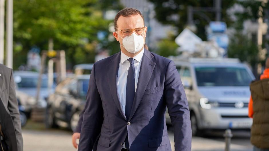 Jens Spahn auf dem Weg zu Gremiensitzungen seiner Partei.