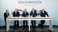 Suche die Frau! In der hier auf einer Pressekonferenz versammelten Führungsriege von Volkswagen wird man auf jeden Fall nicht fündig. Aufsichtsrat Stephan Weil (SPD), Ministerpräsident von Niedersachsen (2. v.l.), Hans Dieter Pötsch (2. v.r.), Vorsitzender des Aufsichtsrats der Volkswagen AG, und Bernd Osterloh, Betriebsratsvorsitzender Volkswagen AG (r.) lauschen den Ausführungen des Vorstandsvorsitzenden Herbert Diess auf einer Pressekonferenz am 16. November 2018.