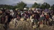 Rohingya fliehen Anfang Oktober 2017 über den Grenzfluss von Myanmar nach Bangladesch.