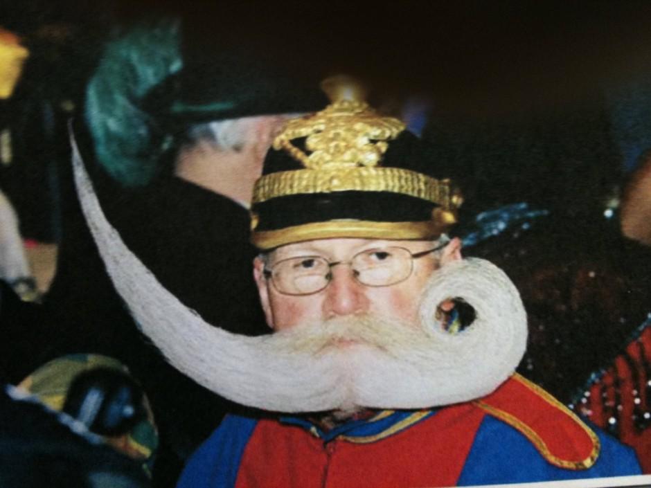 """""""Ich nehme extra starken Haarlack, weil der Bart den ganzen Tag halten muss"""": Chevalier mit einer etwas anderen Bartkreation"""