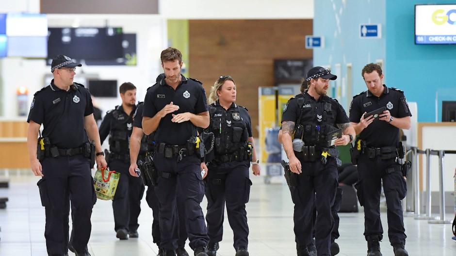 Polizistinnen und Polizisten am Ankunftsterminal des Flughafens der Stadt Gold Coast in Queensland, Australien